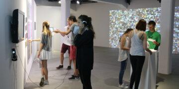 Schüler:innen in der Ausstellung